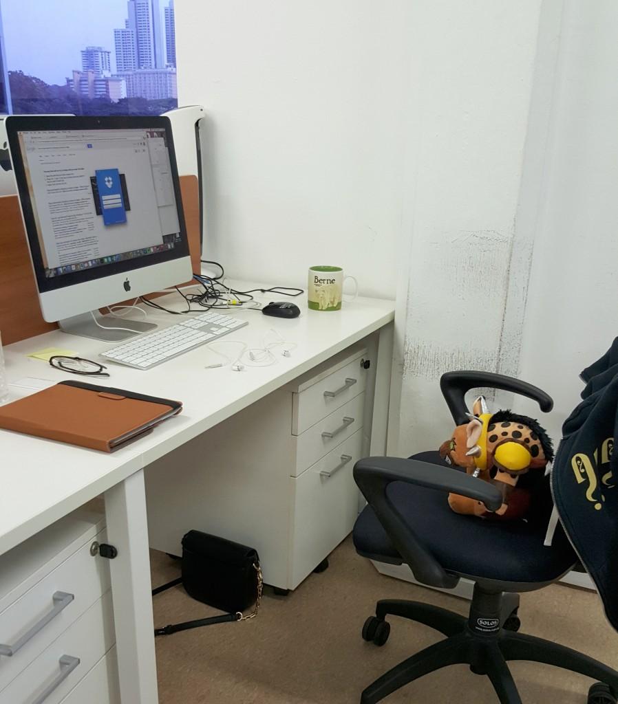 Desk_in_office